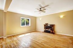 空的房子 有壁炉的客厅 免版税库存图片