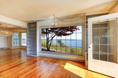 空的房间有水视图和大视窗。 免版税库存图片