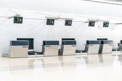 空的报道登记柜台在国际机场 免版税图库摄影