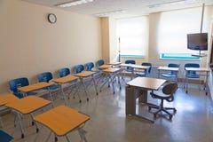 空的教室在一所现代学校用所有设备为高标准教育需要 免版税库存照片