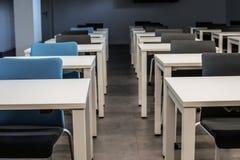 空的教室 高中或大学书桌或者桌与一支笔在上面 库存照片