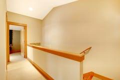 空的断开走廊和的楼梯。 免版税库存照片