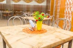 空的新的桌在学校食堂 免版税图库摄影