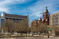 空的星期日早晨,好的蓝天,在街市达拉斯城在得克萨斯,团结的凝视 免版税库存照片