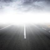 空的有雾的农村沥青高速公路透视 免版税图库摄影