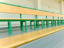 空的木位子在体育体育场内 比赛爱好者的论坛与长凳的 免版税库存照片