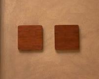 空的木标志投入了棕色水泥墙壁背景 免版税库存照片