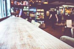 空的木桌和被弄脏的咖啡馆光背景 产品disp 免版税图库摄影
