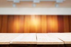 空的木桌和被弄脏的被预定的咖啡馆光背景 Produ 免版税库存照片