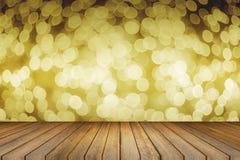 空的木桌和被弄脏的bokeh在焦点外面在圣诞夜光背景中 产品显示模板 当前的商业 免版税库存照片