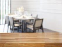 空的木桌和餐厅 免版税库存图片