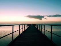 空的木海桥梁 方式看在海天线上的日出 库存图片