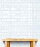 空的木现代桌和白色陶瓷砖墙壁在backgroun 库存照片