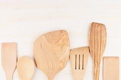 空的木米黄匙子大模型的设计观念在白色木背景的 免版税库存图片