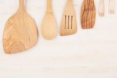 空的木米黄匙子大模型的设计观念在白色木背景的 免版税库存照片