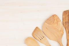 空的木米黄匙子大模型的设计观念在白色木背景的 库存图片