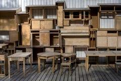 空的木shelfs和老葡萄酒家具 库存图片
