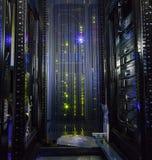 空的机架现代巨型计算机数据中心里面看法  免版税库存照片