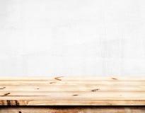 空的松木桌有白色墙壁背景 免版税库存照片