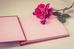 空的板料书和红色玫瑰 免版税图库摄影