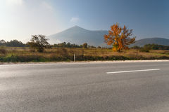 空的柏油路侧视图在山区 免版税库存照片