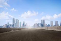 空的柏油路和摩天大楼在现代城市 免版税库存图片