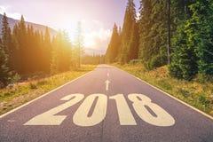 空的柏油路和新年2018年概念 驾驶在empt 免版税库存照片