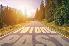 空的柏油路和过去和未来概念 驾驶在em 免版税库存图片