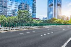 空的柏油路穿过现代城市在中国 免版税库存照片