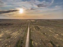 空的柏油路进入在日落的距离 免版税图库摄影