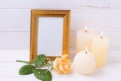 空的框架、蜡烛和玫瑰花在白色木backgro 库存照片