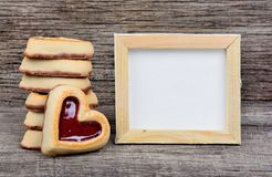 空的框架用在桌上的心脏曲奇饼 免版税库存图片
