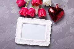空的框架,明亮的红色和白色郁金香花和装饰 免版税库存图片