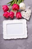 空的框架,明亮的红色和白色郁金香花和装饰 免版税库存照片