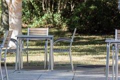 空的桌和椅子在咖啡馆之外Al壁画用餐的 库存图片
