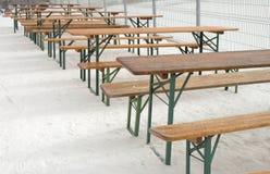 空的桌和长凳行  免版税库存图片