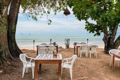空的桌在安达曼海的岸的一家餐馆 图库摄影