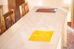 空的桌在教室 免版税库存图片