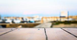 空的棕色木桌和迷离背景摘要海军陆战队员por 库存照片