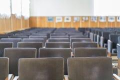 空的棕色椅子在音乐厅里 库存照片