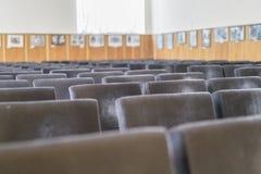 空的棕色椅子在音乐厅里 免版税库存图片