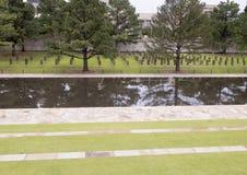 空的椅子、花岗岩走道和反射性水池,俄克拉何马市纪念品的领域 库存图片