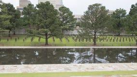 空的椅子、花岗岩走道和反射性水池,俄克拉何马市纪念品的领域 库存照片