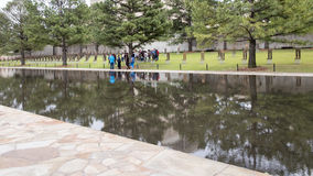 空的椅子、花岗岩走道和反射性水池,俄克拉何马市纪念品的领域 免版税库存图片