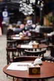 空的椅子和桌与菜单在室外咖啡馆和迷离餐馆背景的 免版税库存图片