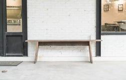空的椅子和桌在室外甲板附近 库存照片