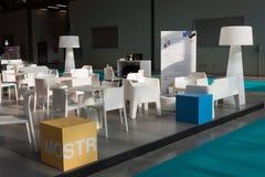 空的椅子和灯在主人2013年在米兰,意大利 库存图片