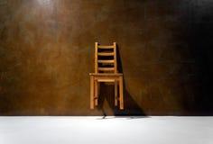 空的椅子对墙壁 免版税图库摄影