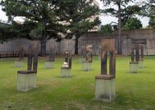 空的椅子的领域与白色玩具熊,俄克拉何马市纪念品的 免版税库存照片