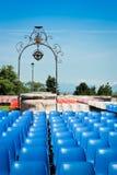在一个音乐会之前的椅子在公园 库存图片